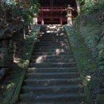 神武寺境内、薬師堂へと至る階段。