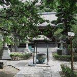 常立寺境内。腰掛けも設置され、ゆっくりと参拝できます。