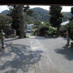 東漸寺本堂から境内を望む。