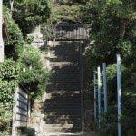 階段奥に三浦十二天(十二所神社)がみえてきます。