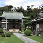 仏行寺境内。背後が山ですから、無粋な近代建築や電線がありません。