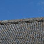 本堂の屋根には松得山の文字。