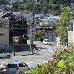 階段の砥粒からは八雲神社前交差点がみえます。
