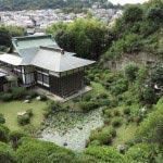 仏行寺境内背後の山からみる本堂。