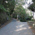 写真奥の左側が源氏山口の入口。右の道は梶原方面へと続いています。