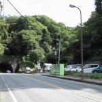 鎌倉駅(西口)から鎌倉市役所前の通りを15分ほど歩き、2つ目のトンネルを抜けると右手に看板がみえます。