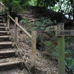 葛原岡・大仏ハイキングコース、北鎌倉〜源氏山公園間の道。葛原岡神社近くの急な階段。