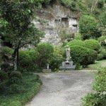 仏行寺本堂の左側から本堂背後の山に道が続きます。