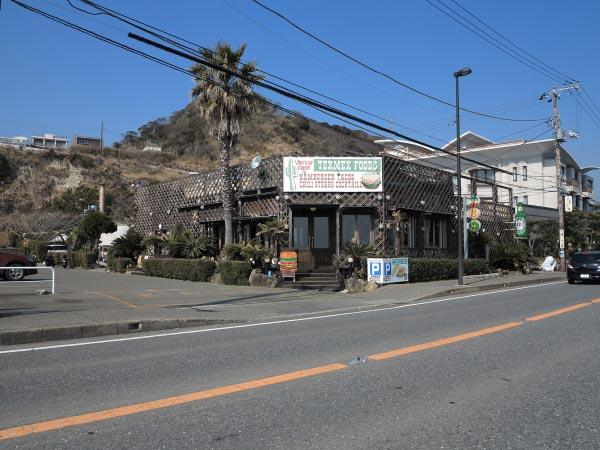国道134号沿い、坂ノ下から稲村ケ崎方面に少しいくとあります。鎌倉市営プールの隣です。