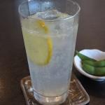 由比ヶ浜の中華 味楽の生レモンサワー。ちゃんと絞ってから出してくれるので助かります。お酒を頼むとサービスで枝豆が少しついてきました。