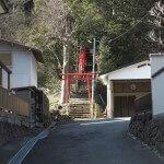 金沢街道から入るとすぐ大江稲荷の小さな鳥居がみえてきます。