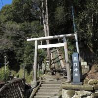 浄明寺の熊野神社。山を背景にした美しい景色です。現代の建築物がちょっと入ってそこだけ無粋。