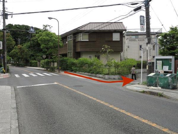 鎌倉市役所近くのトンネルを抜けて少し歩き、矢印の方向に折れたらすぐ看板がみえます。写真は進行方向反対から撮影しています。