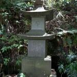 白山神社本堂奥の石塔。醍醐塔と刻まれています。