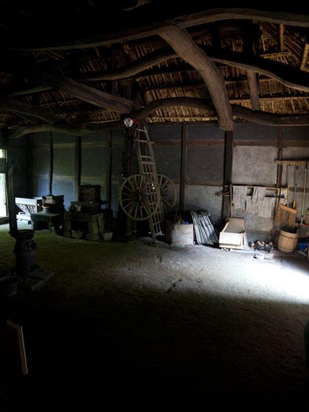 ひろまから土間をみます。内部はとても暗く、いまみると近代建築が及びもつかない身土不二の美しさを湛えています。