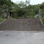 徳川家康の籠を横にしてあがれるようにと広くつくられたという階段。