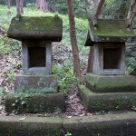 白山神社の子守神社脇に残る祠。