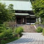 龍寳寺、御影石の参道と本堂。