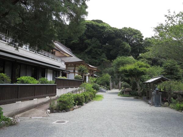 称名寺(今泉不動)、本堂前の境内。