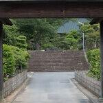 大長寺山門越しの境内。