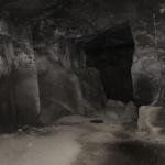 衣張山石切場跡の内部。夏でも冷やりとしています。どこまで続くかみたかったものの、ライトがなく断念。