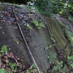 白山神社奥の岩盤。