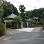 見えている建物は熊野神社の別当寺として創建された多聞院。手前の鳥居から熊野神社に向かいます。