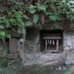 熊野神社(大船)本殿の脇にある祠と石塔。
