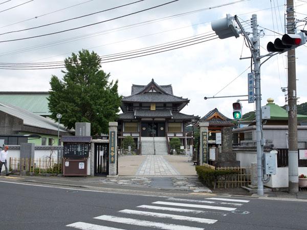逗子大師、延命寺。JR逗子駅、京急新逗子駅ともに近く、市役所なども近い逗子市の中心街にあります。撮影者の立っている場所のさらに後方に逗子小学校があり、そこには郡衙(古代の役所)がありました。