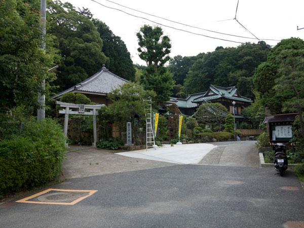 多聞院の境内。左側の鳥居は熊野神社です。
