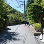 巡礼古道。報国寺を右手に見ながら進みます。