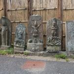 多聞院の石塔。多くは江戸時代のものです。
