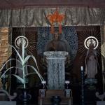 常楽寺仏殿。中央が本尊の阿弥陀如来像、両側は脇侍の観音菩薩像、勢至菩薩像。阿弥陀如来像は、北条泰時が造らせたもので、1242年(仁治3年)6月12日の銘があります。