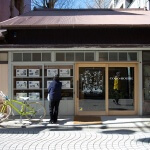 COCO-HOUSE 御成通り店。御成通りに入ればすぐ右側にあります。