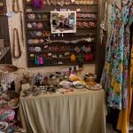 ピアスなど装飾品が並ぶカウンター。