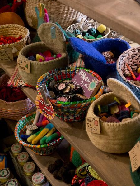 ネパール製のフェルト籠に入った小物たち。