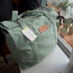 来店時、kitchiで一番人気という「反応染キャンバスビッグボストン kitchi 別注カラー」(6,900円)。