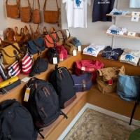 御成通りのkitchi(キッチ)。通りからみえるディスプレイ。こちらはバッグ類と鎌倉をイメージした「KAMAKUMA」Tシャツ&バッグがあります。
