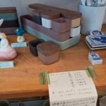 磁器作家イイホシユミコさんの作品。トレイは864〜2,650円、くるみの木のふたは616円〜1,124円。使いやすそうです。