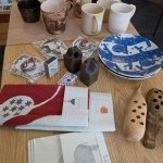 気持ちのよいガーゼタオルマフラーや扇子など季節の商品が並んだテーブル。