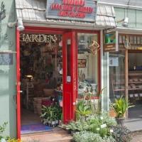 鎌倉ロコマート&ガーデン。「鎌倉駅」を降りて4、5分御成通りを歩いた場所にあります。