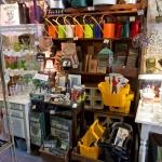 鎌倉ロコマート&ガーデン。ツールバッグやジョウロ、フォトフレームの棚。使いやすそうなものばかり。