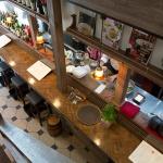Bistrot Orange(ビストロ オランジュ)の店内。入るとすぐ厨房とカウンターがあります。通常は2階に案内されます。
