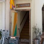 univibe。御成通りに面しています。入口は狭い階段ですが、店内はゆったりしています。