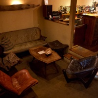 univibeの店内。置かれているソファーはアメリカンアンティーク調のゆったりしたものばかり。