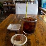 Rakaposhi(ラカポシ)のプレートランチ(1,080円)には、平日のみコーヒーが紅茶がつきます。生チョコレートが添えられていました。