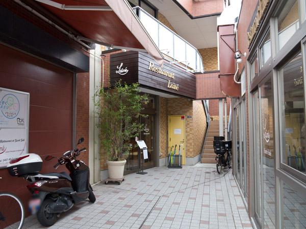 レネ シェクレ サレの親方、レストランレネは奥にあります。