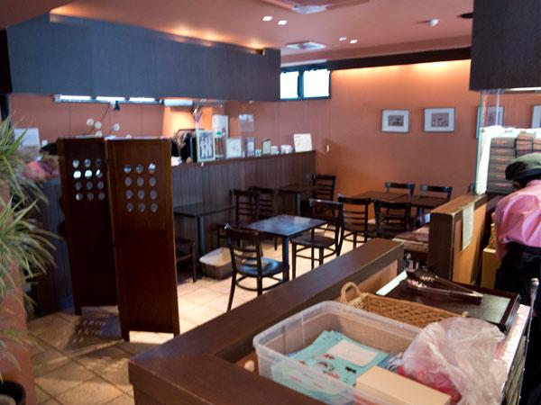 鎌倉小川軒の店内。奥にあるカフェスペース。