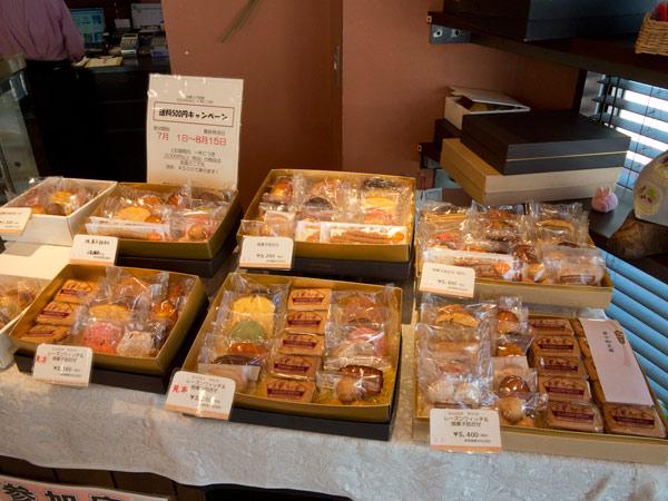 鎌倉小川軒の店内。お土産や贈答にぴったりな詰め合わせ。
