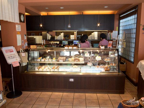 御成通りにある鎌倉小川軒。正面にはケーキなどがあります。